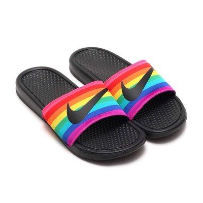 =CodE= NIKE BENASSI JDI BE TRUE SLIDE 防水輕量拖鞋(黑彩虹) CD2717-001
