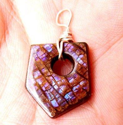 小風鈴~天然極品七彩斑彩石墜子(重2.3g)又名~發達石.麒麟石(帶強烈藍紫光)