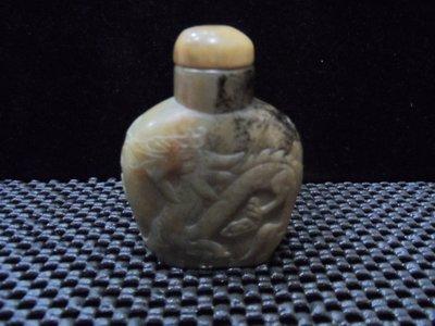 鼻煙壺  新疆和闐玉老糖白玉 飛龍(五爪龍)在天 老工精雕  帶黑古漆沁