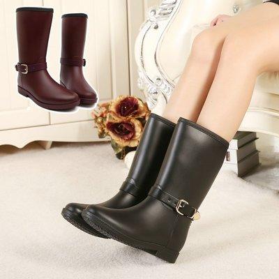 韓國明星流行新款 英倫風優雅造型雨靴 皮帶扣中筒平底雨靴 防水女靴子 特價雨鞋 平底女鞋(907現貨+預購)