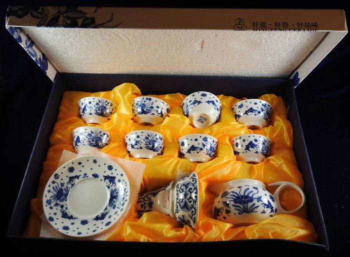 *阿威的藏寶箱*【特價 瓷器 茶具組 早期 青花瓷韵 功夫茶 青花瓷茶具套組 附加禮盒 被子破有圖】品相優 保存良好