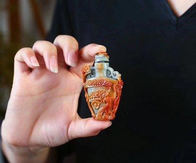 【伊荳晶品館】純天然翡翠紅翡鼻菸壺吊墜,尺寸約67.5*42.2*16.3毫米,雕工精緻,上身漂亮。
