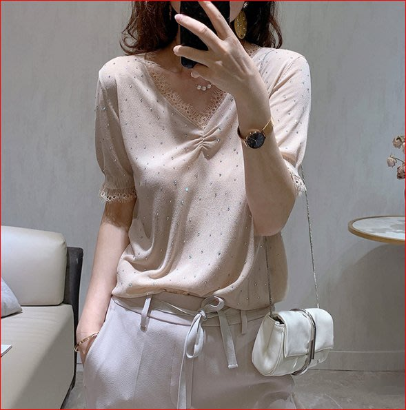 【艾蜜麗】V領燙鑽蕾絲邊薄款寬鬆針織短袖上衣(2色) 1157 1129
