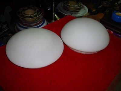 典藏一組台灣早期的牛奶燈具,50-60年前的產物囉~~!