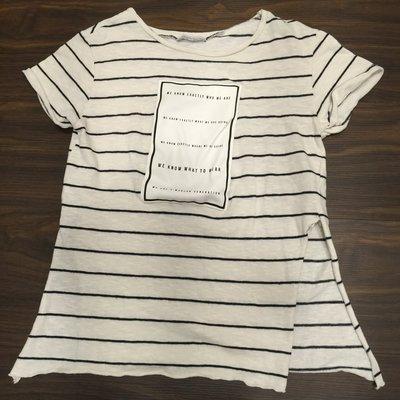 ZARA秋天基本休閒文青款白底黑條紋綴皮質文字造型短袖上衣,左右二側開叉,可單穿露腰或內搭長袖為二件式