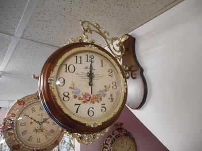 ~~凡爾賽生活精品~~全新玫瑰花琺瑯咖啡色實木造型雙面掛鐘