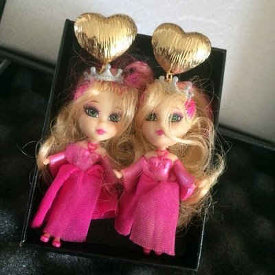 【加購區】【獨家原創】惡搞設計師有點懶。叛逆的金髮挑染芭比的粉紅禮服。白色皇冠選美小姐。金屬愛心+復古立體玩具公仔大耳環