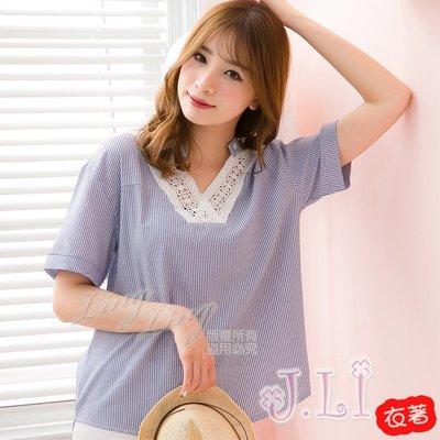 【J.Li】QA3805-01大尺碼-前短後長飾釦蕾絲V領直紋短袖上衣(藍白條)