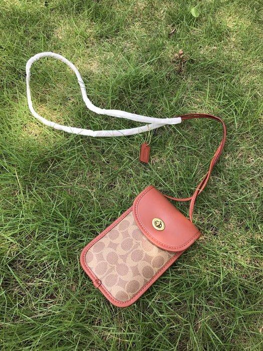 美國名品折扣店~ 特賣 COACH 319 新款女士旋鎖翻蓋手機包 斜跨包 小包