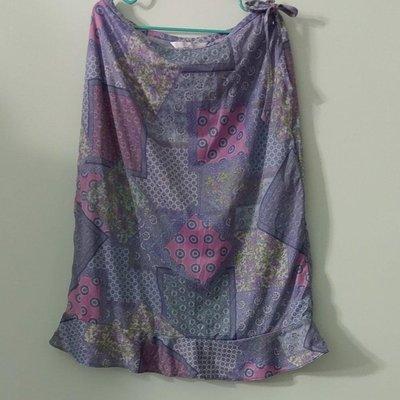 (搬家大出清)專櫃品牌 COTTON INN,粉藍色底浪漫彩色圖騰及膝短裙。裙擺波浪,裙側 YKK 隱形拉鍊,尺寸S。有彈性,有內裡。Msgracy Roots