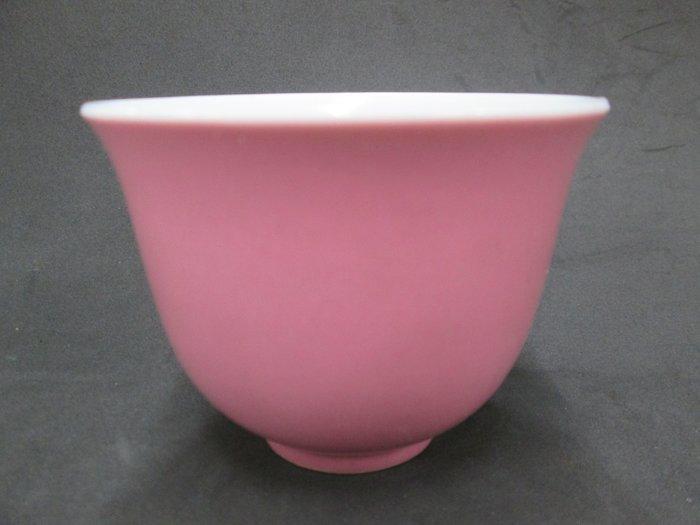 《福爾摩沙綠工場》@ 單色釉瓷杯-粉,底款:上海市博物館 一九六二年,容量120CC 特價650元。