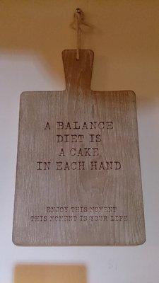 木頭材質 A Balance diet is a cake in each hand 有趣文字 掛飾