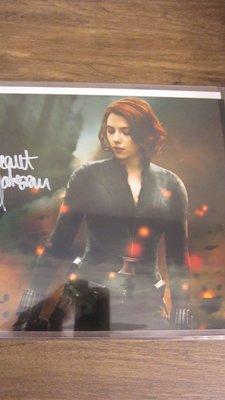 [外星人精品](全新收藏) 復仇者聯盟 黑寡婦 史嘉蕾·喬韓森 Scarlett Johansson 劇照親筆簽名