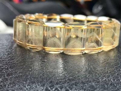 特罕見淨體金字塔黃水晶手排。 44.1克。    版寬約18mm.