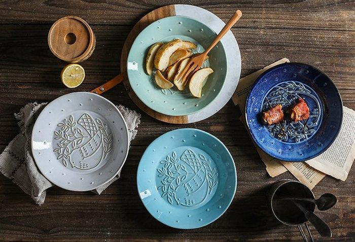 浮雕小鳥北歐餐盤  菜盤  陶瓷餐具  藍色  綠色 白色  陶瓷盤子  圓盤 牛排盤  【小雜貨】