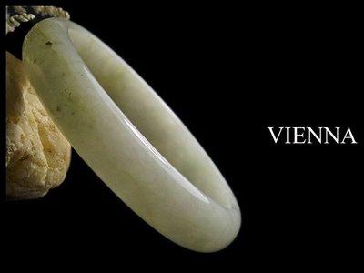 《A貨翡翠》【VIENNA】《手圍18.9/14mm版寬》緬甸玉/冰種氣質撒蜜花白玉/玉鐲/手鐲Q-064