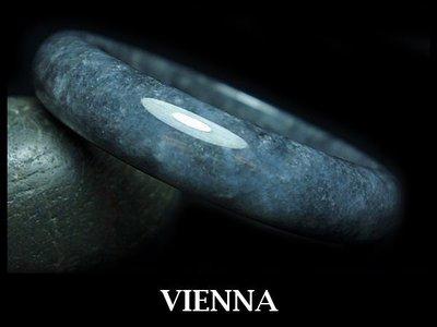 《A貨翡翠》【VIENNA】《手圍19/15mm版寬》緬甸玉/冰種香醇雪花灰墨蜜糖/玉鐲/手鐲U*-004