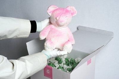 新玩藝 投資...Daniel Arsham 限量500 cracked bear 療癒的熊 可以讓你用力捶壓