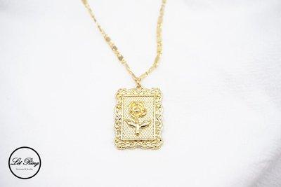 【Lit Ring】玫瑰花邊方框項鍊│金色 長方形 浮雕 玫瑰 花朵 雕花 畫框 相框 墜子 長項鍊 毛衣鍊 飾品 項鍊