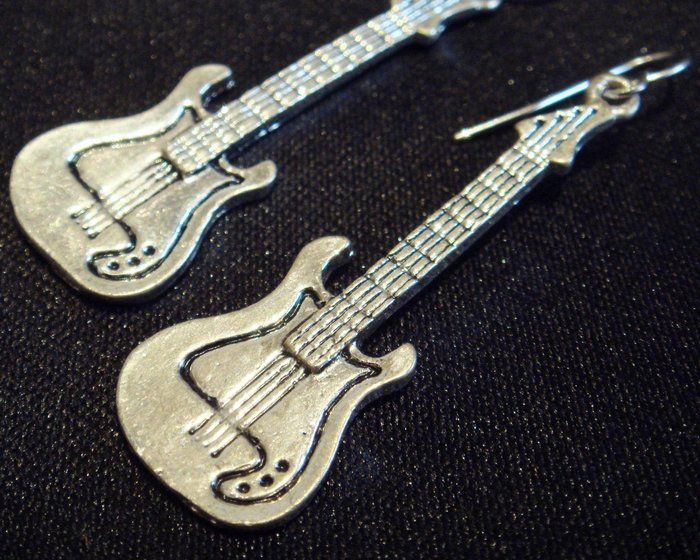全新從未用過 21 twentyone 古銀色吉他造形針式耳環,低價起標無底價!本商品免運費!