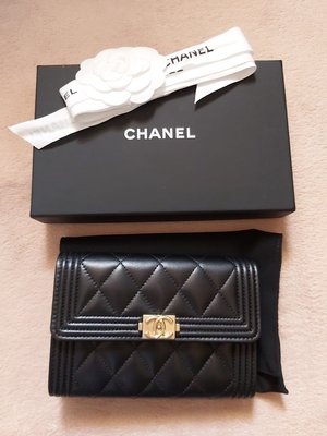 羊皮Boy Chanel Flap Wallet 中 size 銀包 100 % real & New