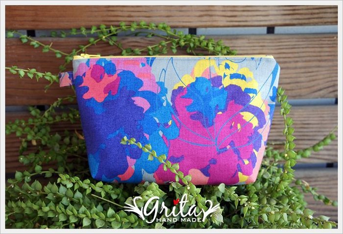 ♥grita's handmade♥進口布料手作拉鍊萬用包/化妝包/隨身包—藍與紫紅色系花花包(現貨)