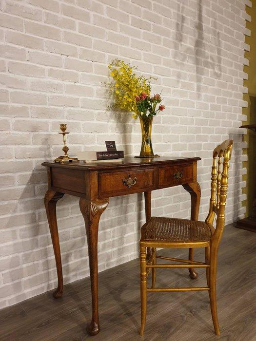 【卡卡頌  歐洲古董】 英國古董 漂亮胡桃木雕刻  手工銅飾環   雙抽屜  皮面壓紋 書桌 玄關桌 t0174