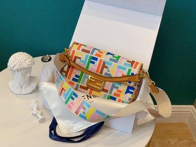 芬迪真皮單肩包配盒 兩條肩帶米蘭時裝周街拍中 潮人們背的最多的包包大概就是Fendi的這款法棍包(Baguette)了 從黑A66513