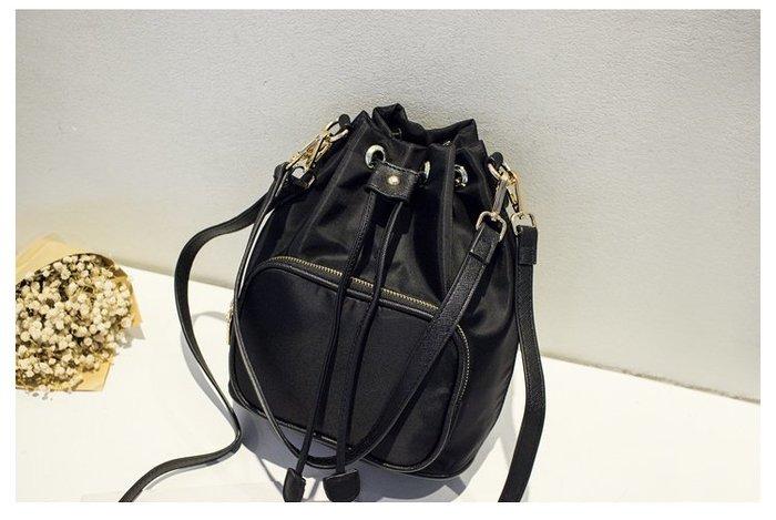 【贈精美耳環】簡約百搭流行時尚水桶包斜背包單肩包尼龍包休閒包手提包