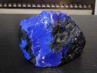 天然螢光變色藍珀.藍琥珀( 原礦局部研磨 )珍玩216A( 此商品重約216g )