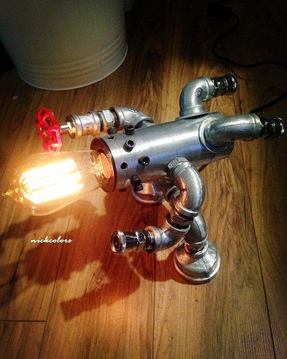 尼克卡樂斯~重工業金屬水管機器人造型檯燈 書桌燈 臥室燈 loft 設計款桌燈 餐廳燈 復古燈 服飾店 咖啡廳 燈飾