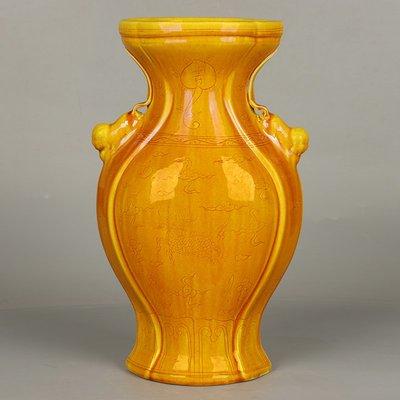 ㊣三顧茅廬㊣  大明弘治年制款黃釉雕麒麟紋祝壽雙耳瓶   古瓷器古玩收藏擺件
