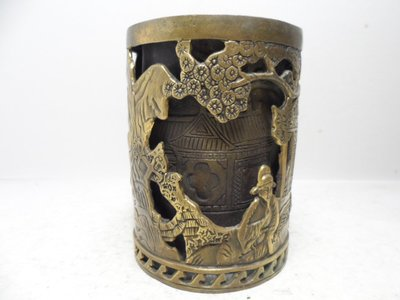 【寶一】:銅  松下雙層簍空雕 筆筒 十陸字吳邦左款