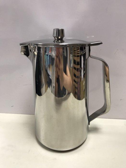 【無敵餐具】不銹鋼新式短嘴冷水壺(2L) 握把好握~耐用~握把不銳利^^加湯 加水皆可使用 量多有優惠【B0040】