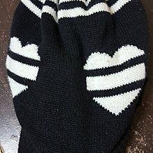 黑白色相配毛球毛帽
