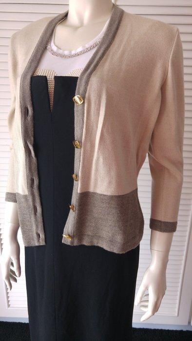 $4999起標 salvatore ferragamo 淺駝色金屬 logo 撞色羊毛 開襟針織衫
