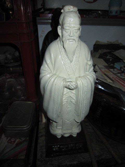 早期....孔子~萬世師...老台南市長 蘇南成 敬贈...2個...含圖鑑..1代..2代