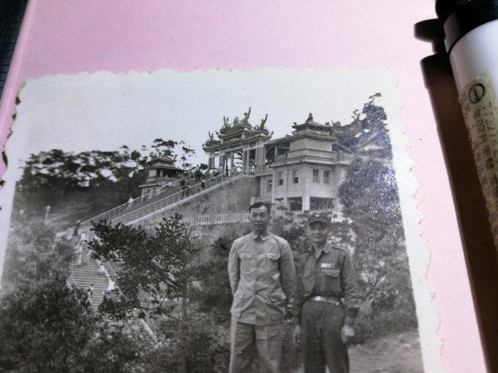 40~50年代 山林老建築 憲兵軍官 軍裝長官合照 銘馨易拍重生網PSS766 背景寫實老照如圖(1張ㄧ標,珍藏回憶)
