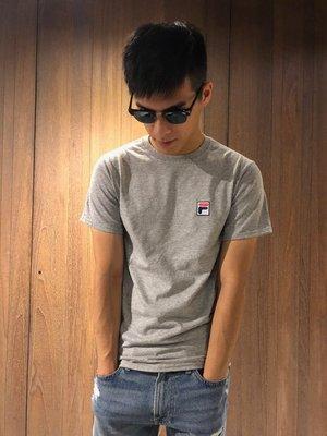 美國百分百【全新真品】FILA 短袖 T恤 上衣 T-shirt 運動潮流 復古 灰色 刺繡 logo J130