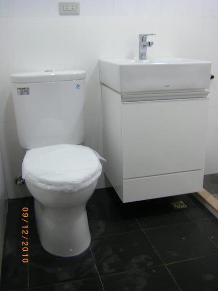 TOTO馬桶CW60GU+緩降馬桶蓋TC301+臉盆L710CGU+龍頭TLS03301PA+浴櫃/售完為止