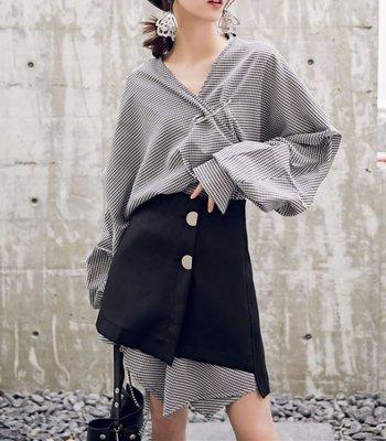 【黑店】訂製款 歐美時尚兩件式別針寬鬆襯衫+高腰短裙 復古格紋不規則下擺多層次穿搭 顯瘦時尚兩件式套裝