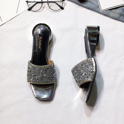 2018夏季新款時尚璀璨粗跟一字拖女氣質露趾水鉆中跟拖鞋百搭涼拖