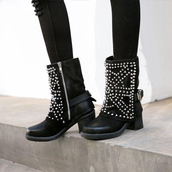 ~皮皮創~原創設計手工鞋。歐美個性重機靴真皮馬丁靴舒適粗跟潮流鉚釘皮帶扣做舊切爾西靴