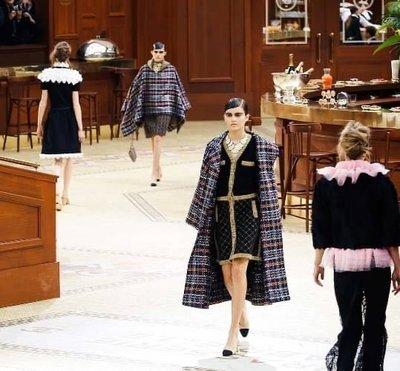 法國小酒館Brasserie Gabrielle 系列 卡爾設計最華麗的一季 CHANEL FW silk cashmere cardigan 黑金設計長外套