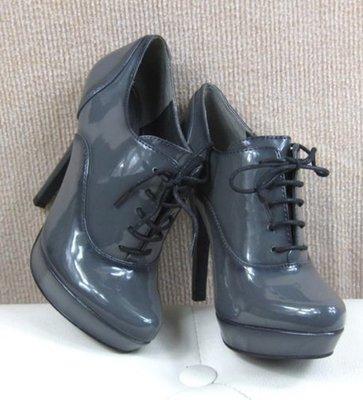 灰色亮漆皮綁帶帥氣高跟鞋