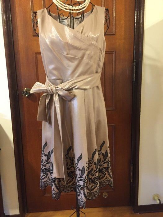 貴婦名媛 - 刺繡蝴蝶結無袖淺咖啡色洋裝
