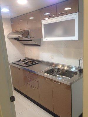 晶潔廚具 夯色系之一 顏色多色可選 客制化廚具 木芯桶+水晶門+白鐵檯面 上下櫃200公分搭豪山三機