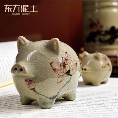 【蘑菇小隊】擺件 陶瓷可愛豬擺件 創意新年過年春節禮品辦公室桌面裝飾品/快樂小豬-MG62400