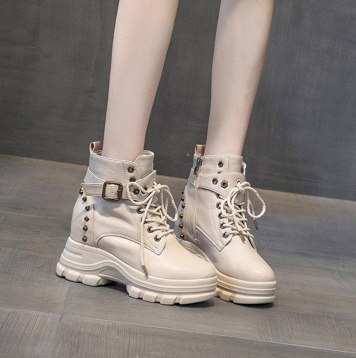 Fashion*英倫風馬丁靴 內增高跟厚底網紅女靴 百搭加絨短靴 皮帶扣鉚釘機車靴『米白色 黑色』34-39碼