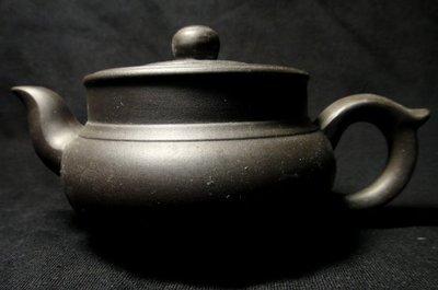 中國宜興-黑鐵沙-紫砂壺-周寶鳳款 -茶壺